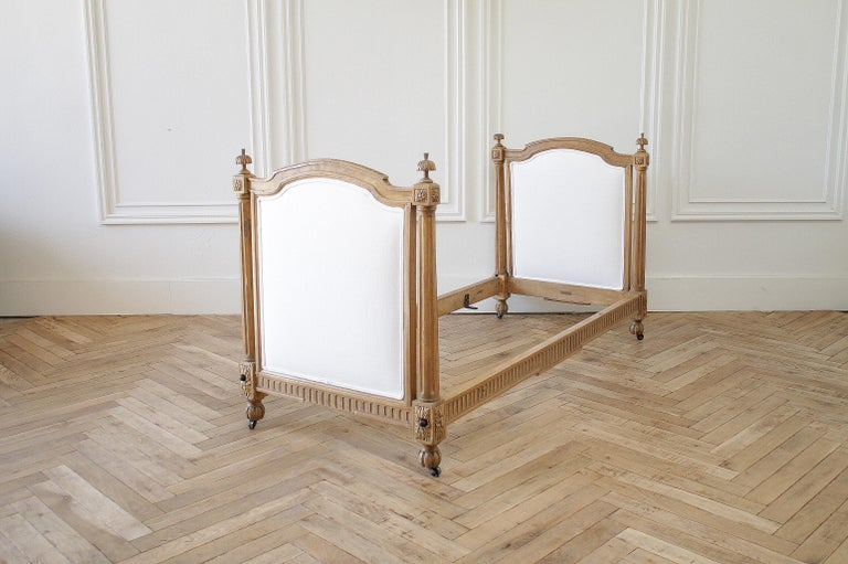 19th Century Carved Natural Walnut Daybed with White Upholstery For Sale 11