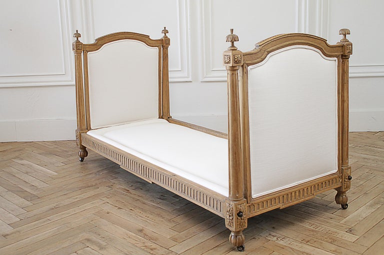 Foam 19th Century Carved Natural Walnut Daybed with White Upholstery For Sale