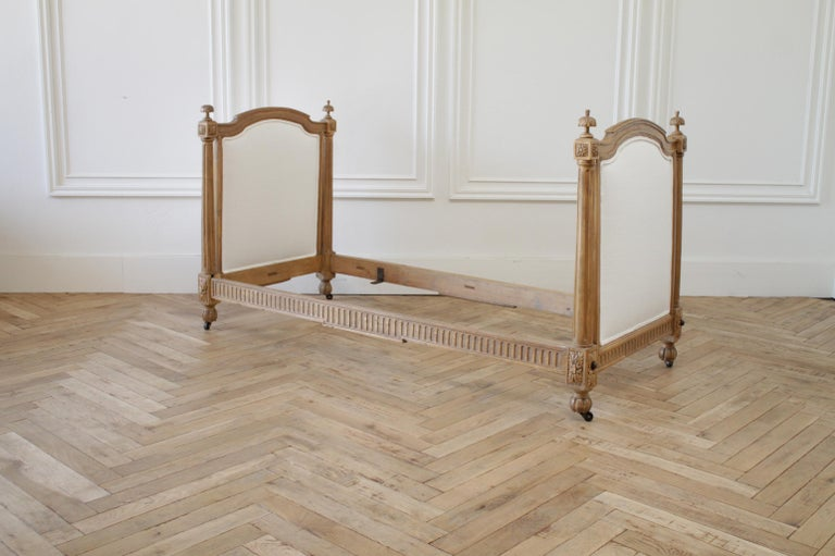 19th Century Carved Natural Walnut Daybed with White Upholstery For Sale 1
