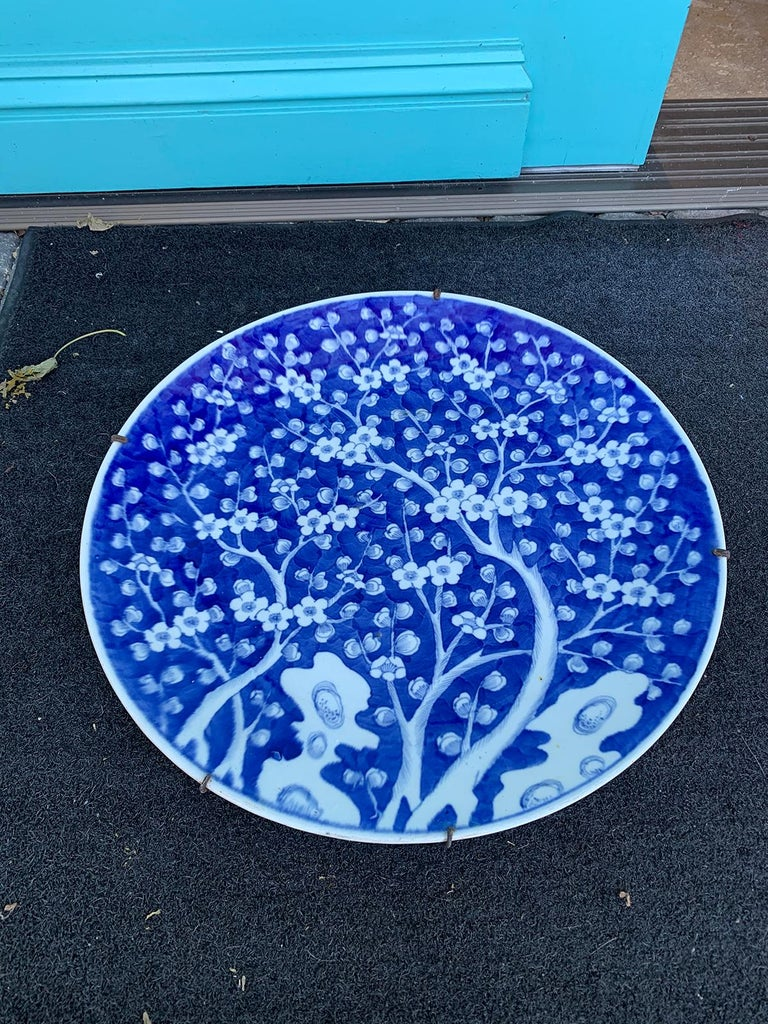 19th Century Chinese Blue and White Cherry Blossom Round Porcelain Charger For Sale 1