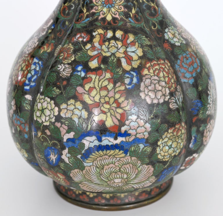 Beautiful cloisonné vase made in the beginning of the early 19th century in China.