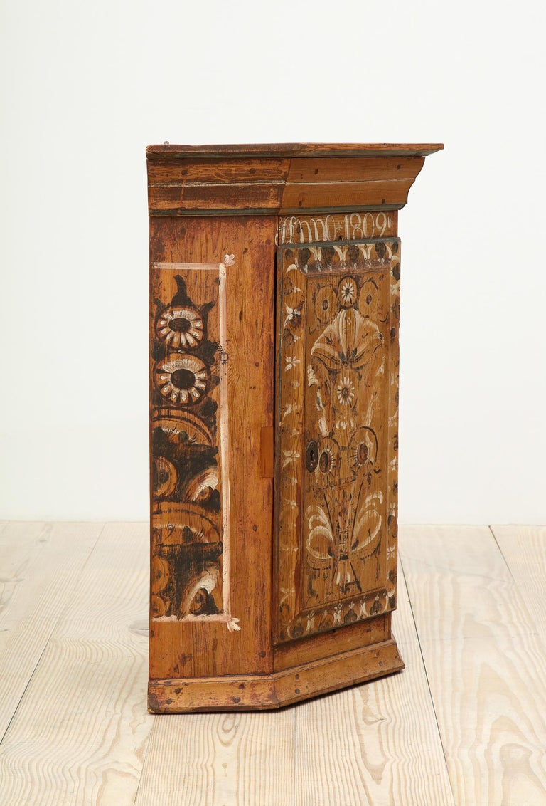 19th Century Dalarna Corner Cabinet, Sweden, Inscribed and Dated, Anno 1830 In Excellent Condition For Sale In New York, NY