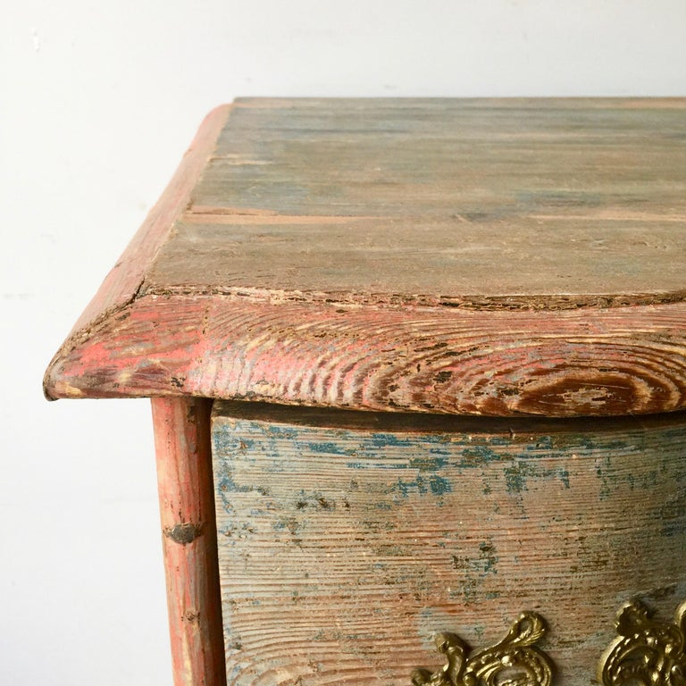 19th Century Danish Serpentine Front Chest in Original Color In Good Condition For Sale In Charleston, SC