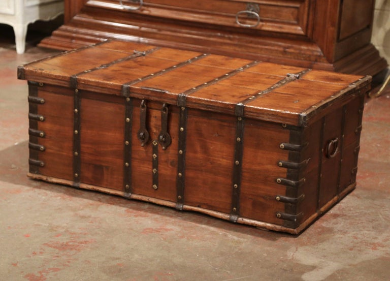 19th Century English Chestnut and Wrought Iron Strapping Coffee Table Trunk In Excellent Condition For Sale In Dallas, TX
