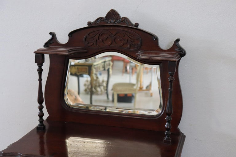 Antique English Vitrine 1880s in mahogany wood. Important mahogany wood carving with decorations moved. Perfect for displaying your collection of small precious objects. Finely chiseled gilded bronze handles. A comfortable drawer. Particular mirror