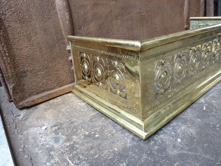 19th Century English Polished Brass Fireplace Fender or Fire Fender In Good Condition For Sale In Amerongen, NL