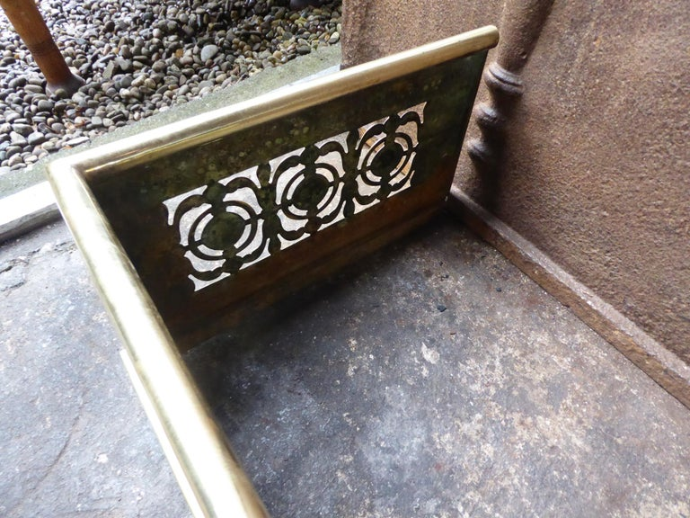 19th Century English Polished Brass Fireplace Fender or Fire Fender For Sale 3