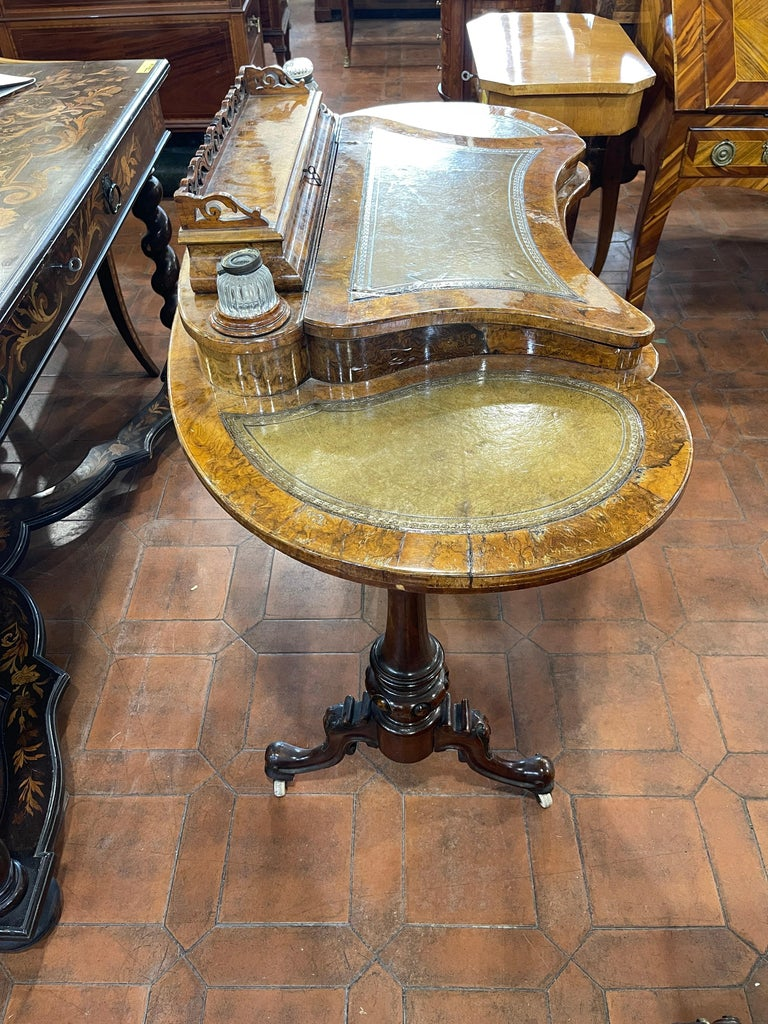 19th Century English Victorian Burr Walnut Ladies Desk Writing Table, 1850 In Good Condition For Sale In Roma, RM