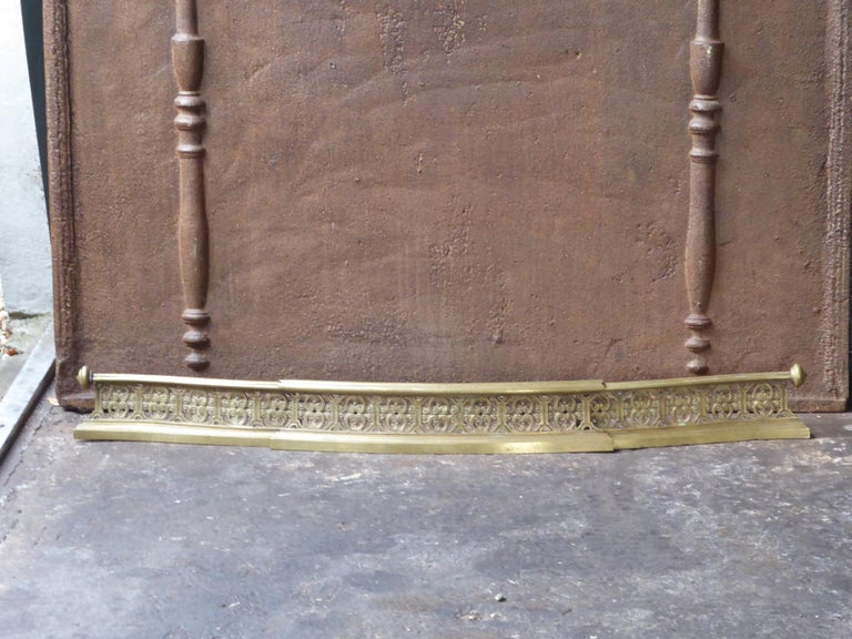 19th century English Victorian fireplace fender. The fender is made of brass. The fender is in a good condition and is fully functional.