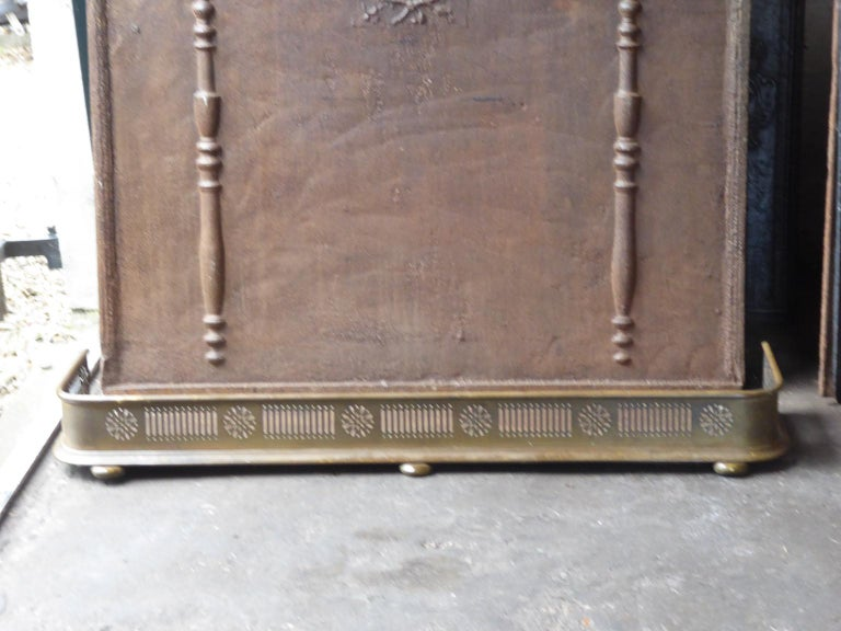 19th century English Victorian fireplace fender. The fender is made of brass and iron. The fender is in a good condition and is fully functional.