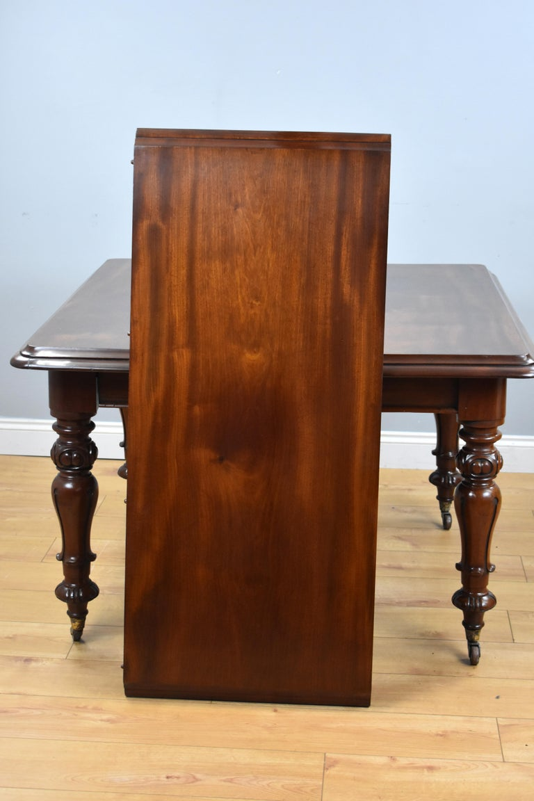 19th Century English Victorian Mahogany Extending Dining Table For Sale 4