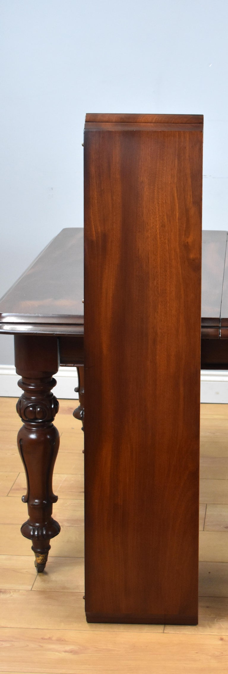 19th Century English Victorian Mahogany Extending Dining Table For Sale 5