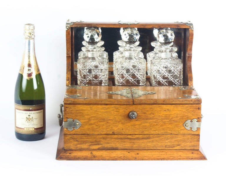 19th Century English Victorian Oak Three Crystal Decanter Tantalus  In Good Condition For Sale In London, GB