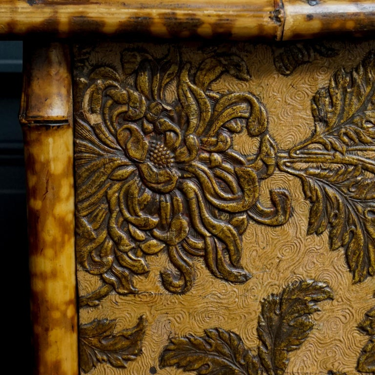 19th Century English Victorian Tiger Bamboo Lacquer Cabinet with Gilt Wallpaper In Good Condition For Sale In Haarlem, NL