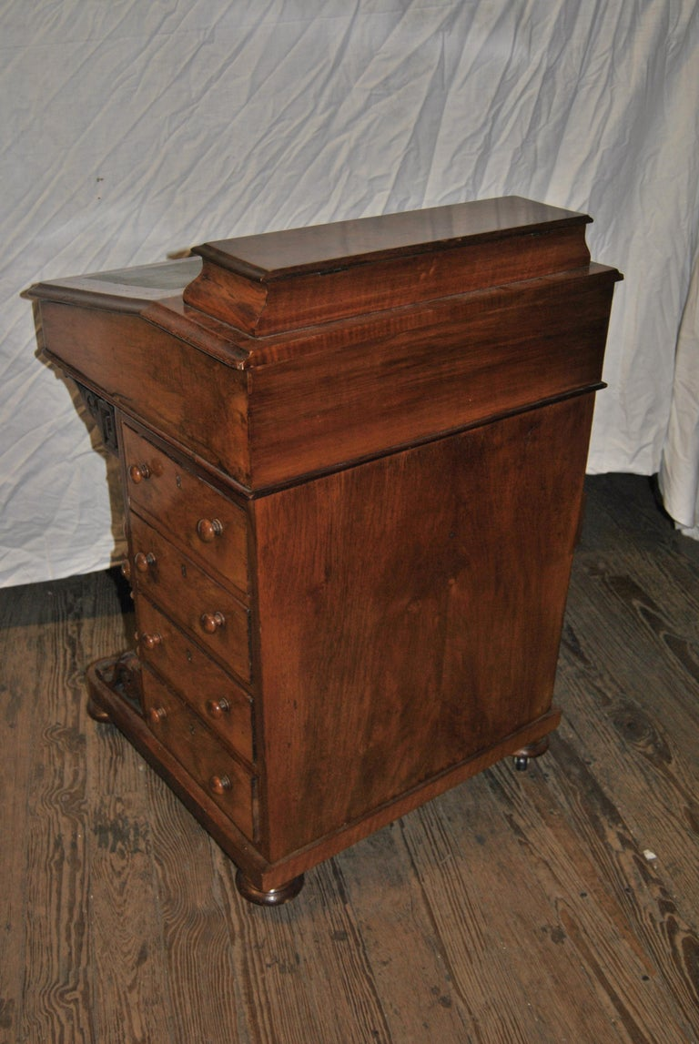 19th Century English Walnut Davenport Desk In Good Condition For Sale In Savannah, GA