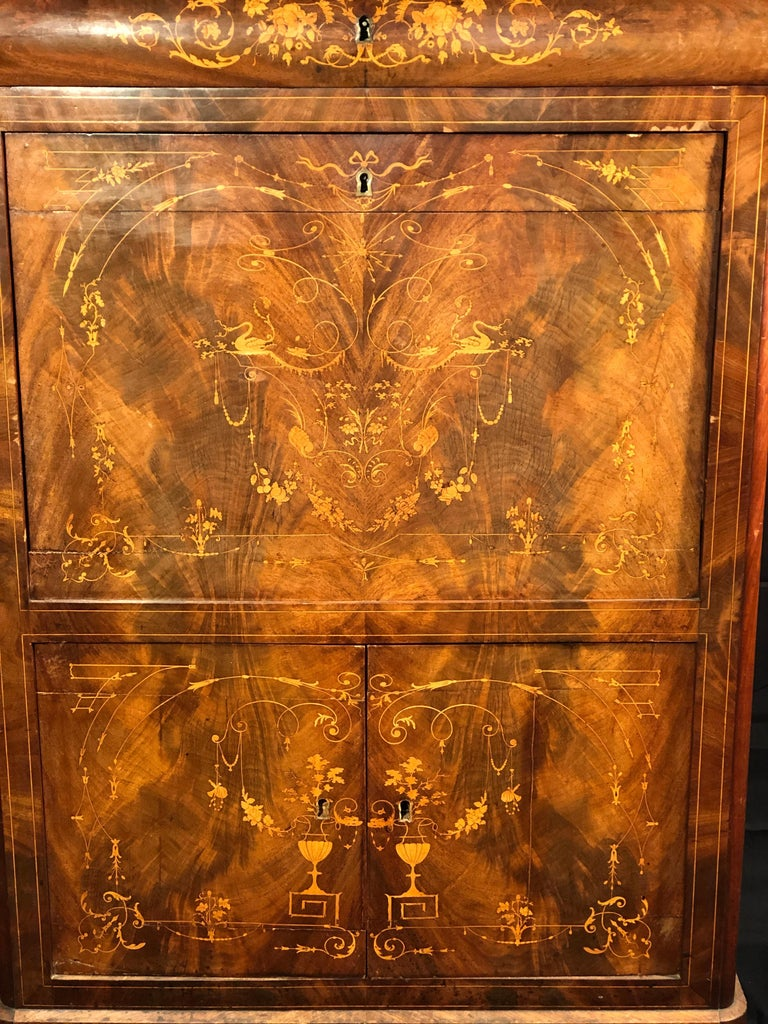 Fantastic example of Secretaire Carlo X, attributed to L.E. Lemarchand (1795-1872), in mahogany wood, finely inlaid with decorative elements and animals. Carrara white marble on the floor, of the era. About 1830. To be restored, small faults and