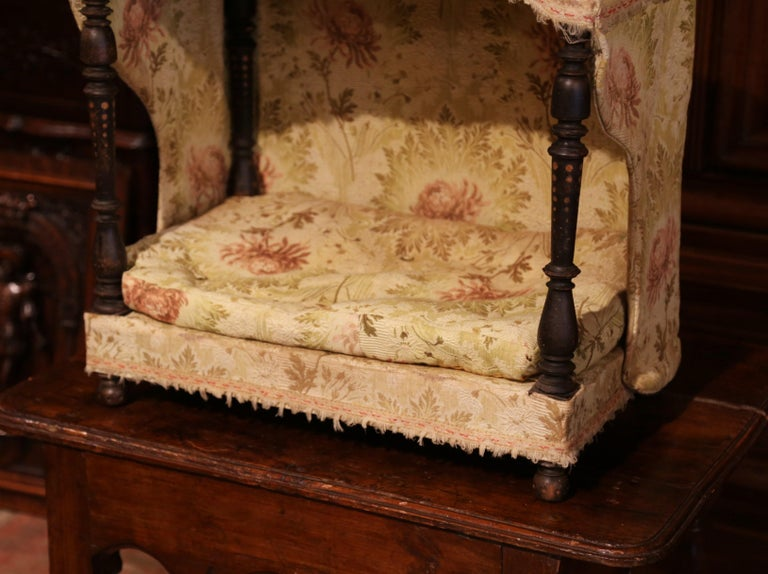 19th Century French Directoire Carved Oak Four-Post Dog House and Vintage Fabric In Excellent Condition For Sale In Dallas, TX
