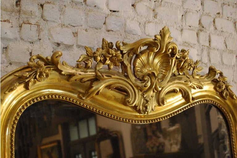 19th-century French Louis Philippe gold leaf gilt mirror with crest For Sale 9