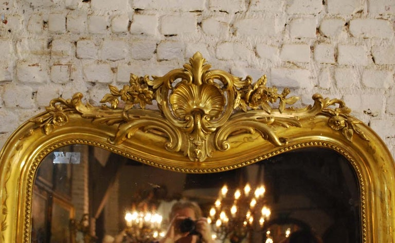 19th-century French Louis Philippe gold leaf gilt mirror with crest For Sale 1