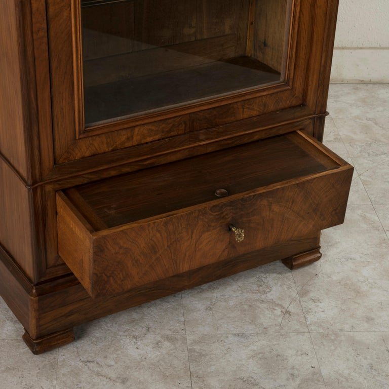 19th Century French Louis Philippe Period Book Matched Walnut Vitrine Bookcase For Sale 9