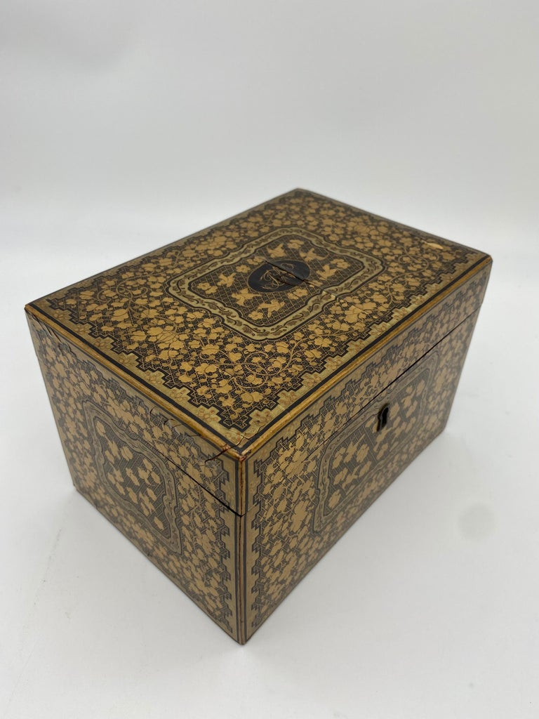 19th Century Golden Black Lacquer Chinese Tea Caddy For Sale 5