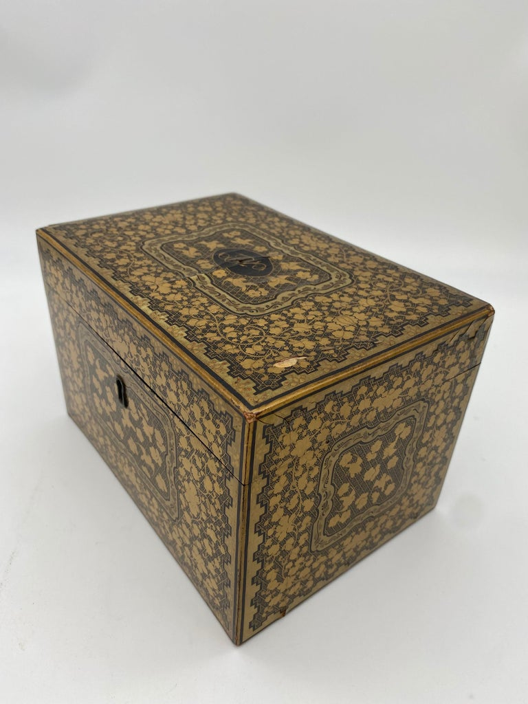 19th Century Golden Black Lacquer Chinese Tea Caddy For Sale 1