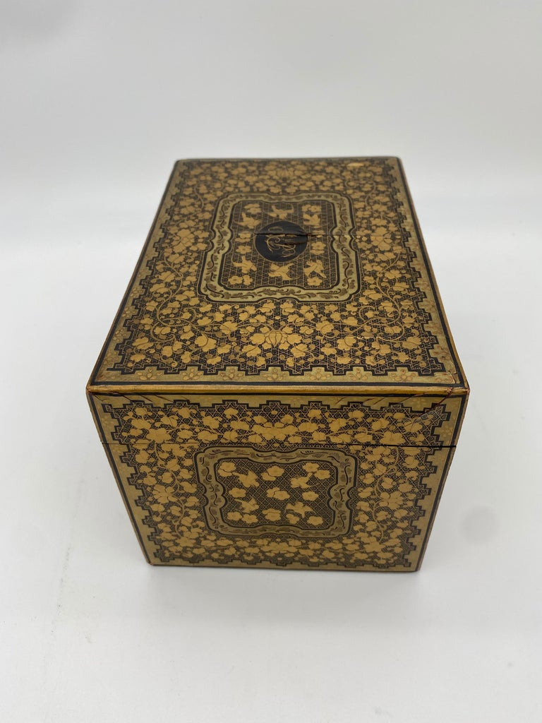 19th Century Golden Black Lacquer Chinese Tea Caddy For Sale 3