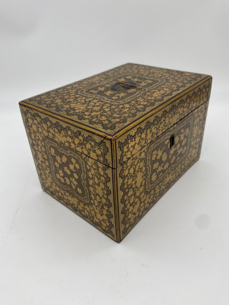 19th Century Golden Black Lacquer Chinese Tea Caddy For Sale 4