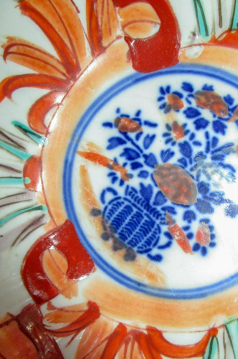 Hand-Painted 19th Century Imari Japanese Meiji Scalloped Bowl For Sale