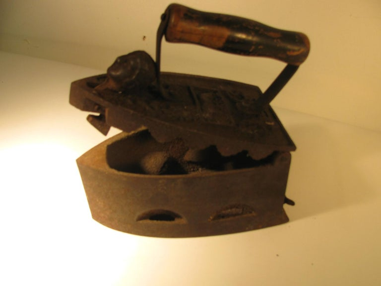 19th Century Italian Cast Iron Coal Powered Iron In Good Condition For Sale In Port Jervis, NY