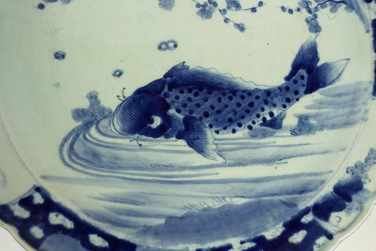 19th Century Japan, a Large Pair of Porcelain Dishes with Blue Koï Carps In Good Condition For Sale In Saint Ouen, FR