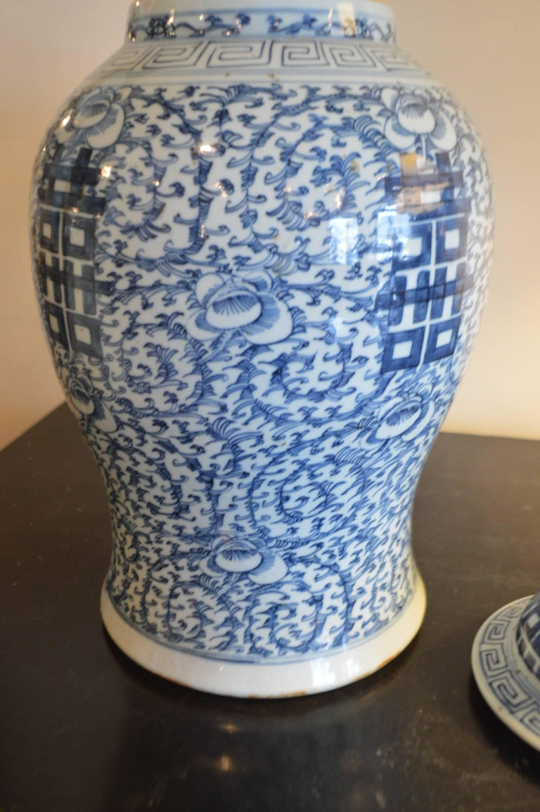 An highly decorative blue and white large porcelain ginger jar with Chinese inscription on the bottom.