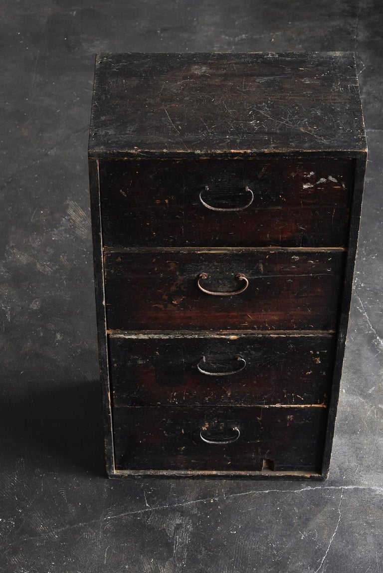 We Japanese introduce unique items with unique aesthetics, purchasing routes, and ways that no one can imitate. This is a chest of drawers from the late Edo period to the Meiji period in Japan. It may have turned black due to soot over a long