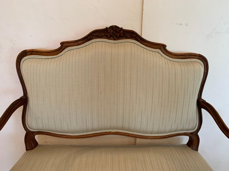 19th Century Lovely Louis XV Walnut Settee Loveseat In Good Condition For Sale In Hopewell, NJ