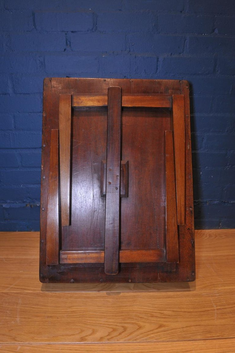 19th Century Mahogany Campaign Butlers Tray with Folding Lock-In Legs In Fair Condition For Sale In High Wycombe, Buckinghamshire