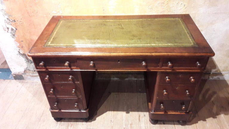Charming late-Victorian pedestal desk with green leather (new). The leather can be changed to an other color (with a surcharge).