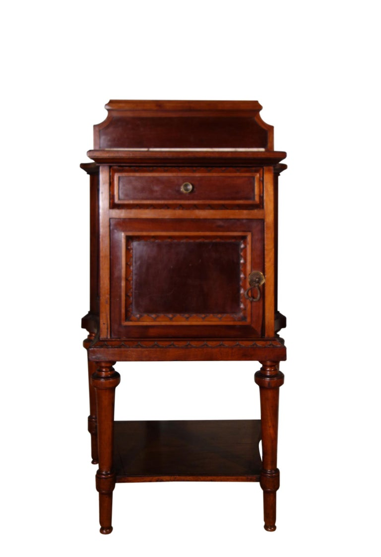 Romantic Pair of 19th Century Mahogany Nightstand For Sale
