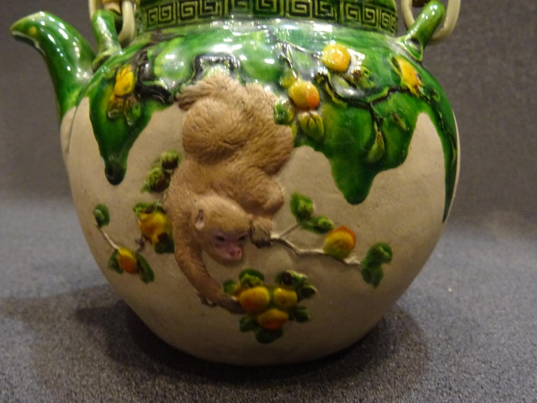 19th Century Meiji Japanese Green Ceramic with Monkeys Teapot with Mark of Banko In Excellent Condition For Sale In Valladolid, ES
