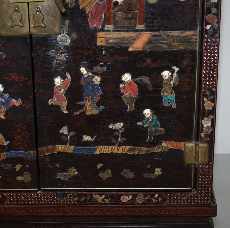 19th Century Mother of Pearl Inlaid Chinese Lacquer Brass Engraved Cabinet Chest For Sale 3