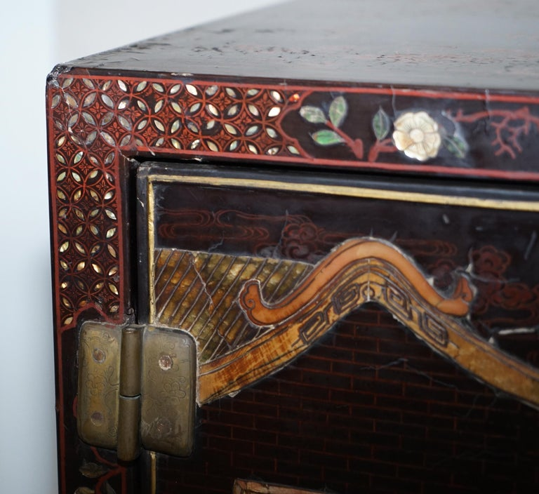 19th Century Mother of Pearl Inlaid Chinese Lacquer Brass Engraved Cabinet Chest For Sale 7