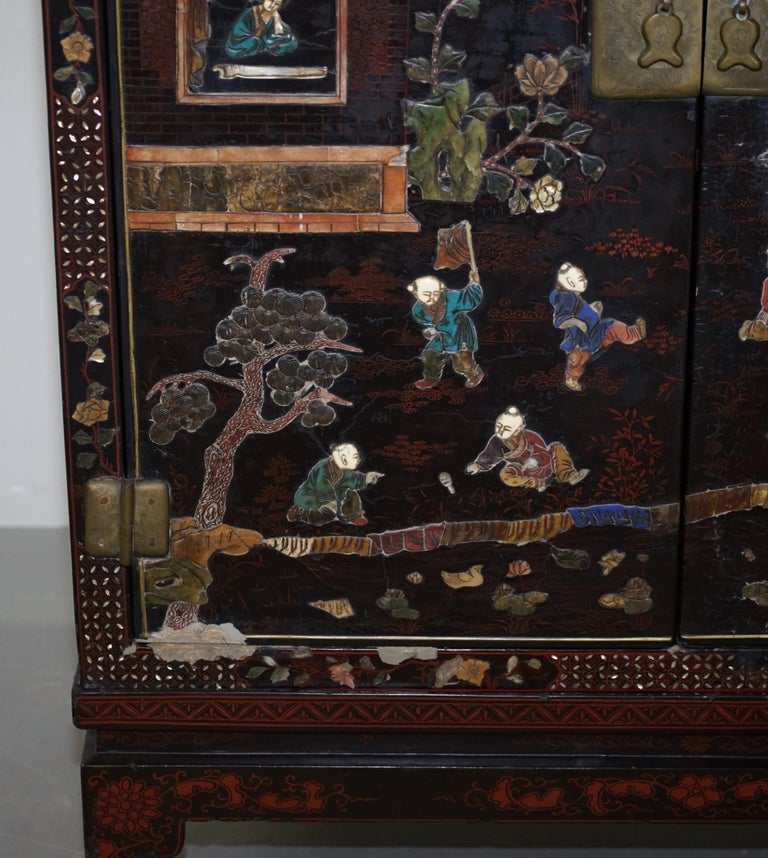 19th Century Mother of Pearl Inlaid Chinese Lacquer Brass Engraved Cabinet Chest For Sale 1
