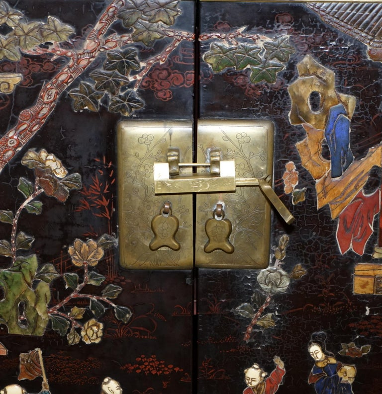 19th Century Mother of Pearl Inlaid Chinese Lacquer Brass Engraved Cabinet Chest For Sale 2