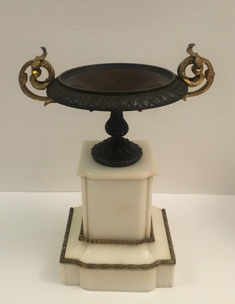 19th Century Neoclassical French Marble and Gilded Bronze Mantel Clock For Sale 2