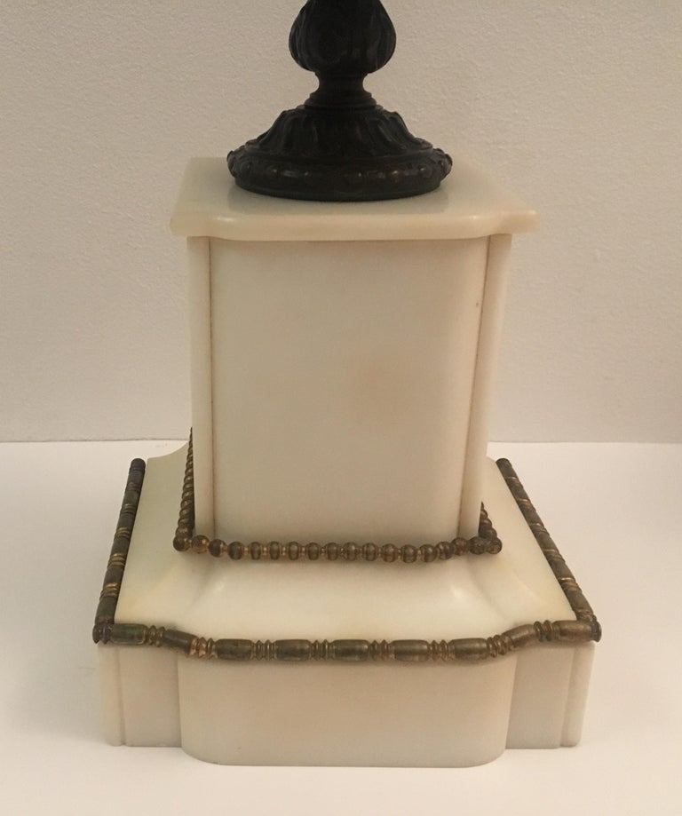 19th Century Neoclassical French Marble and Gilded Bronze Mantel Clock For Sale 3