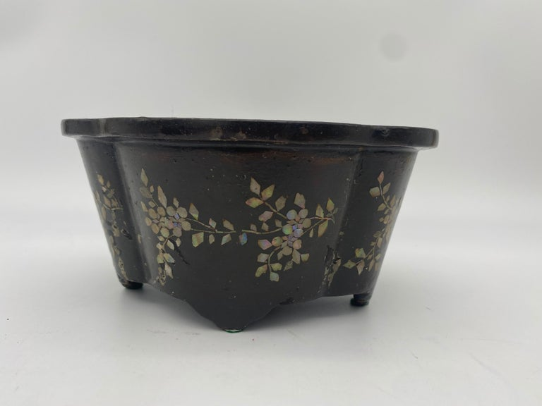 19th Century Pair of Lacquer Chinese Jardinières Inlay with Mother of Pearl For Sale 7