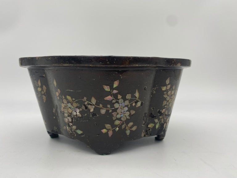 19th Century Pair of Lacquer Chinese Jardinières Inlay with Mother of Pearl For Sale 8