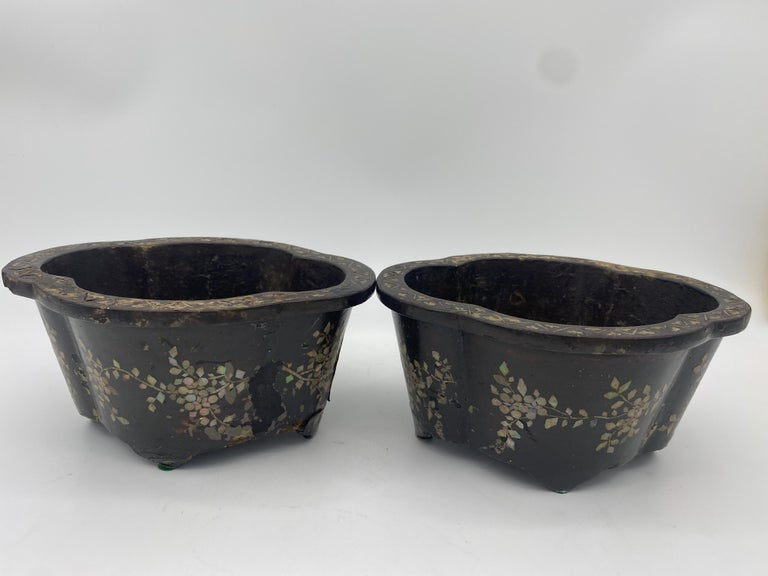 19th Century Pair of Lacquer Chinese Jardinières Inlay with Mother of Pearl For Sale 1