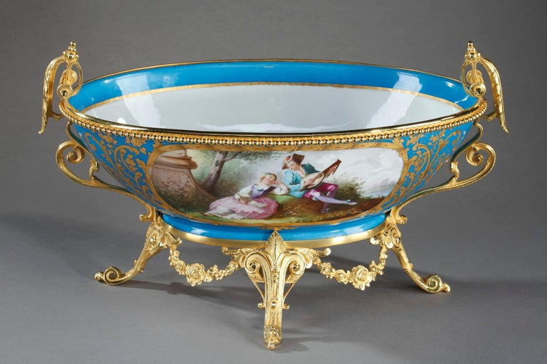 19th Century Paris Porcelain Cup With Gallant Scene In Good Condition For Sale In Paris, FR