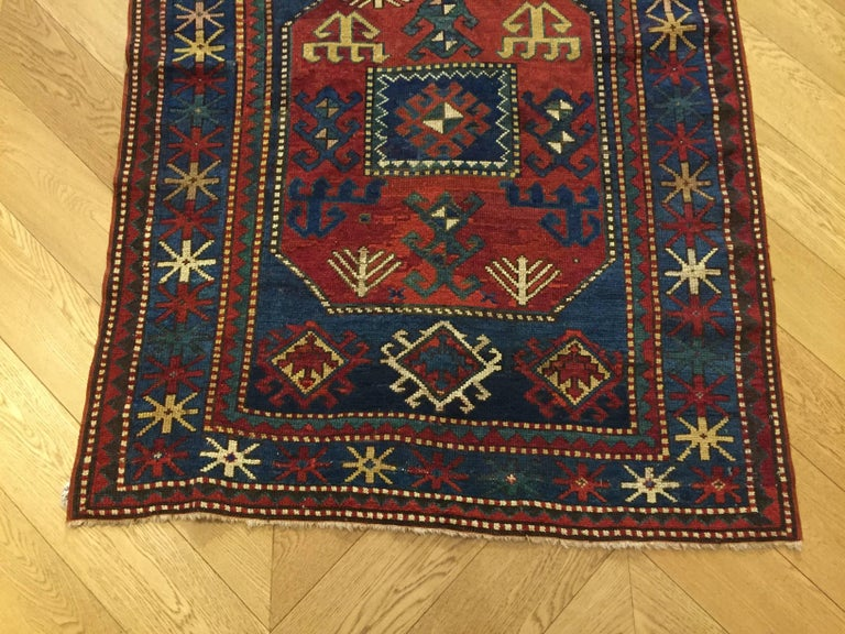 Ciajli is a village in the south-east of the Caucasus region of Mogan: Among the Caucasian rugs, the Ciajli Stand out for their loyalty to tradition and the purity of their design. Characteristic the indigo-colored background from which emerge the