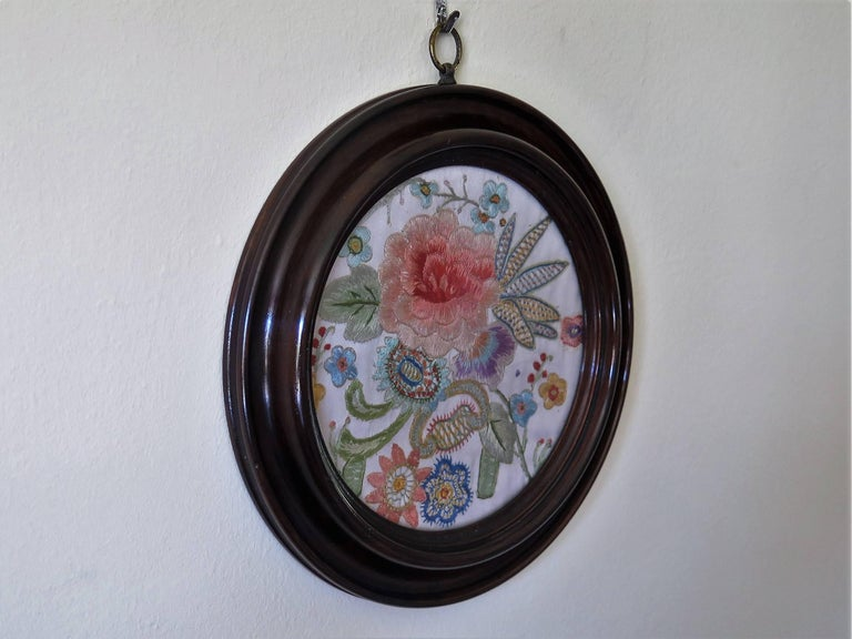 19th Century Silk Embroidered Needlepoint Panel in Original Mahogany Round Frame In Good Condition For Sale In Lincoln, Lincolnshire